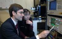 Dibujo201203015 Tomas Palacios and Jing Kong examine oscilloscope traces of graphene transistor