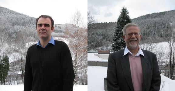 """Adrian Constantin (izquierda) y Robin S. Johnson (derecha) en el Workshop """"Wave Motion"""" en feb. 2009."""