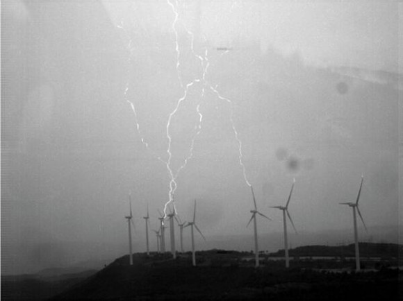 Dibujo20140220 wind turbines emit lightning flashes upwards