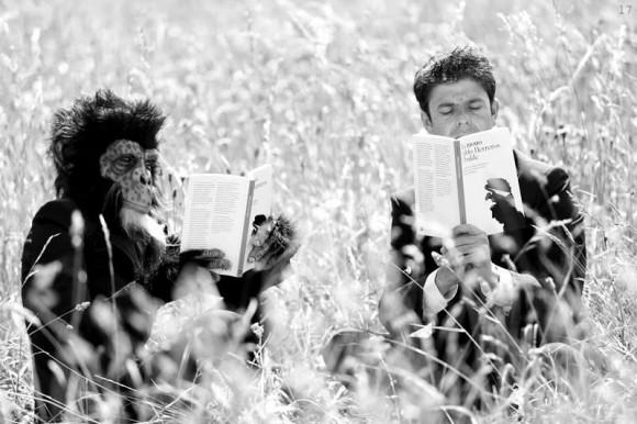 Dibujo20140530 Pablo Herreros Ubalde y un chimpancé leen juntos - Foto de Belen de Benito