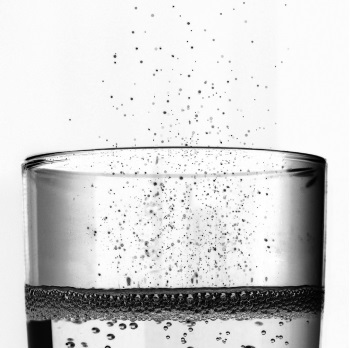 Dibujo20140809 hundreds bubbles simultaenously bursting at the surface champagne glass - j phys chem b