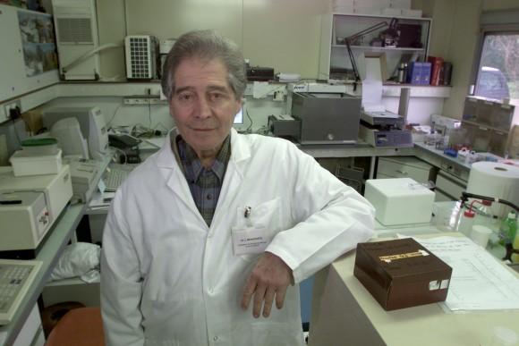 DOCTEUR JACQUES BENVENISTE, DIRECTEUR SCIENTIFIQUE DE DIGIBIO (LABORATOIRE DE BIOLOGIE NUMERIQUE) POSE DANS SON LABO RATTACHE A L'INSERM DE CLAMART LE 14/12/2000. PHOTO FRANCOIS BOUCHON / LE FIGARO